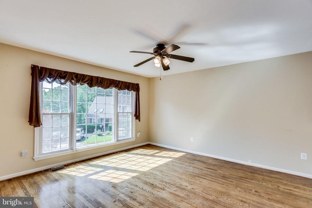 BEAUTIFUL HARDWOOD FLOORS FULL HEIGHT WINDOWS - 7452 RIDGE OAK CT, SPRINGFIELD