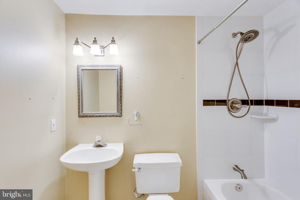 GUEST FULL BATH - 7452 RIDGE OAK CT, SPRINGFIELD