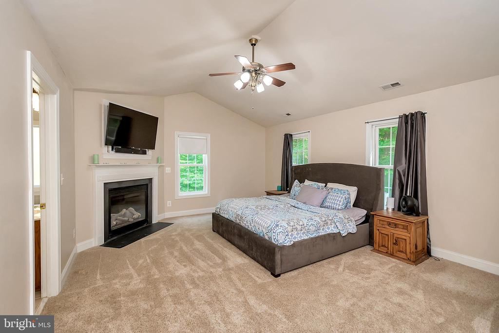 Upper Level Master Suite - 41 KESTRAL LN, FREDERICKSBURG