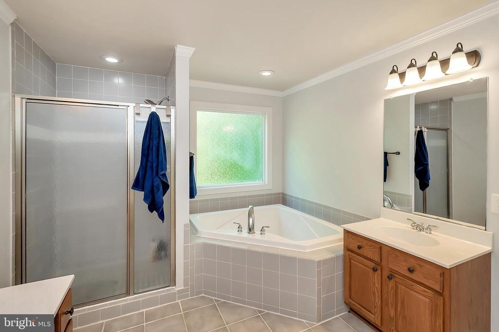 Separate vanities and shower - 41 KESTRAL LN, FREDERICKSBURG