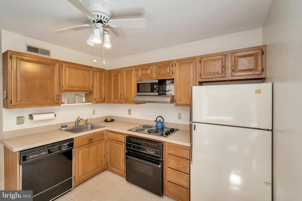 Kitchen from eat in nook - 417 LAKEVIEW PKWY, LOCUST GROVE