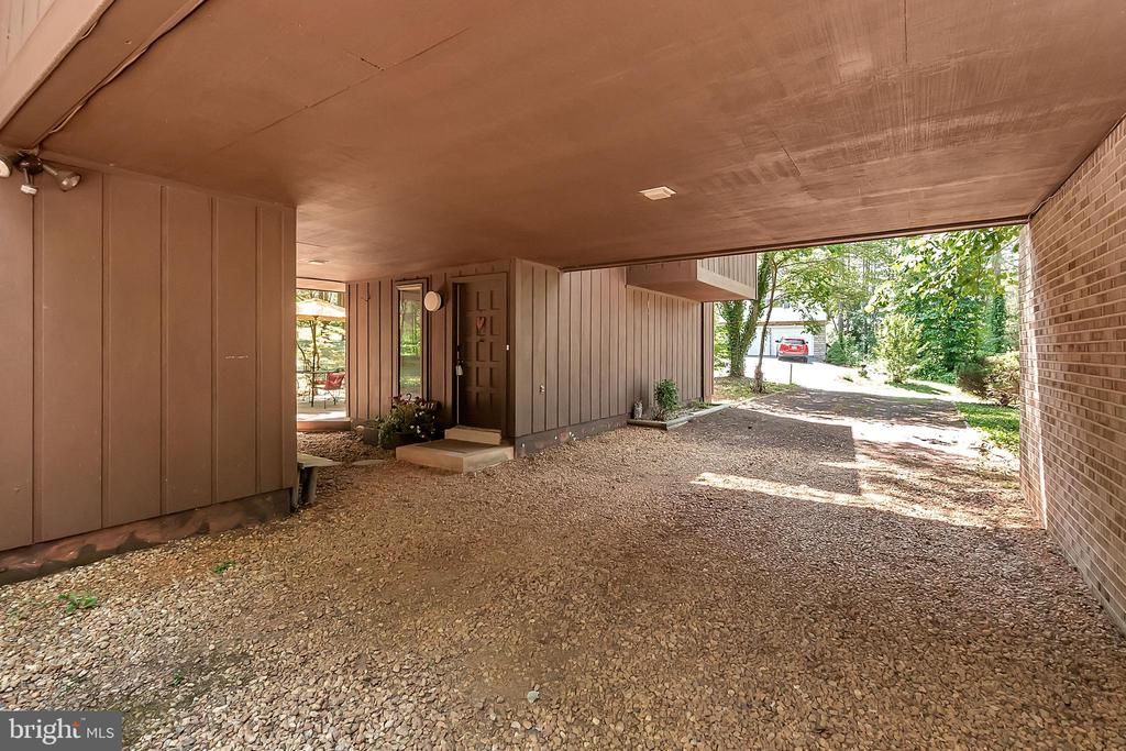 Ample parking Drive Under Carport - 417 LAKEVIEW PKWY, LOCUST GROVE