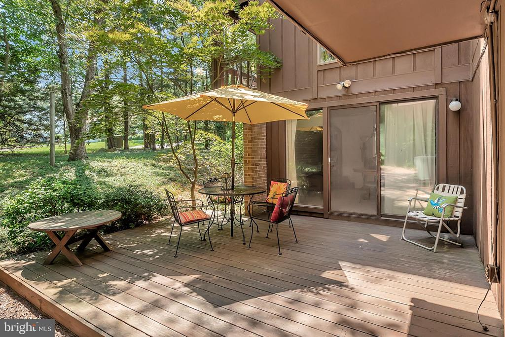 Wooded buffer surrounds home - 417 LAKEVIEW PKWY, LOCUST GROVE