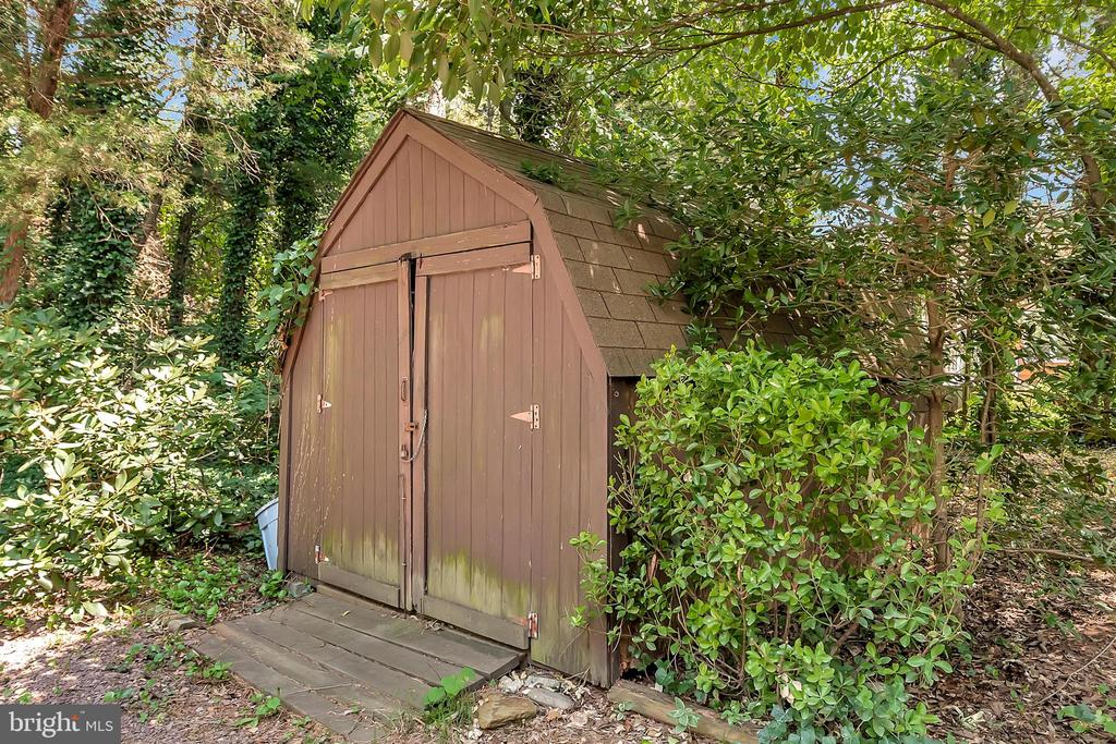 Convenient Shed storage - 417 LAKEVIEW PKWY, LOCUST GROVE