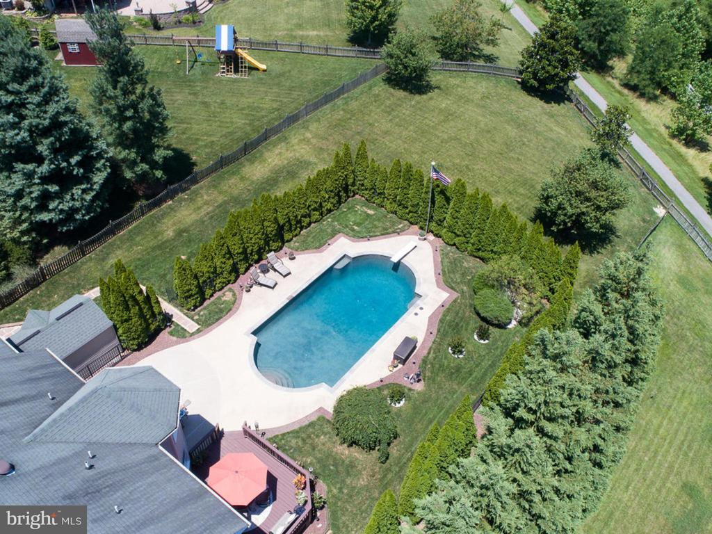 Privacy is always a plus - 206 LAYLA DR, MIDDLETOWN