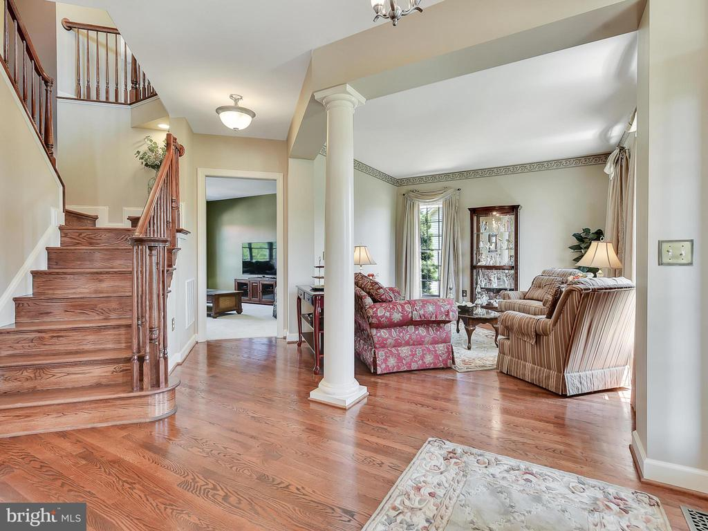 Let's look at the upper level - 206 LAYLA DR, MIDDLETOWN