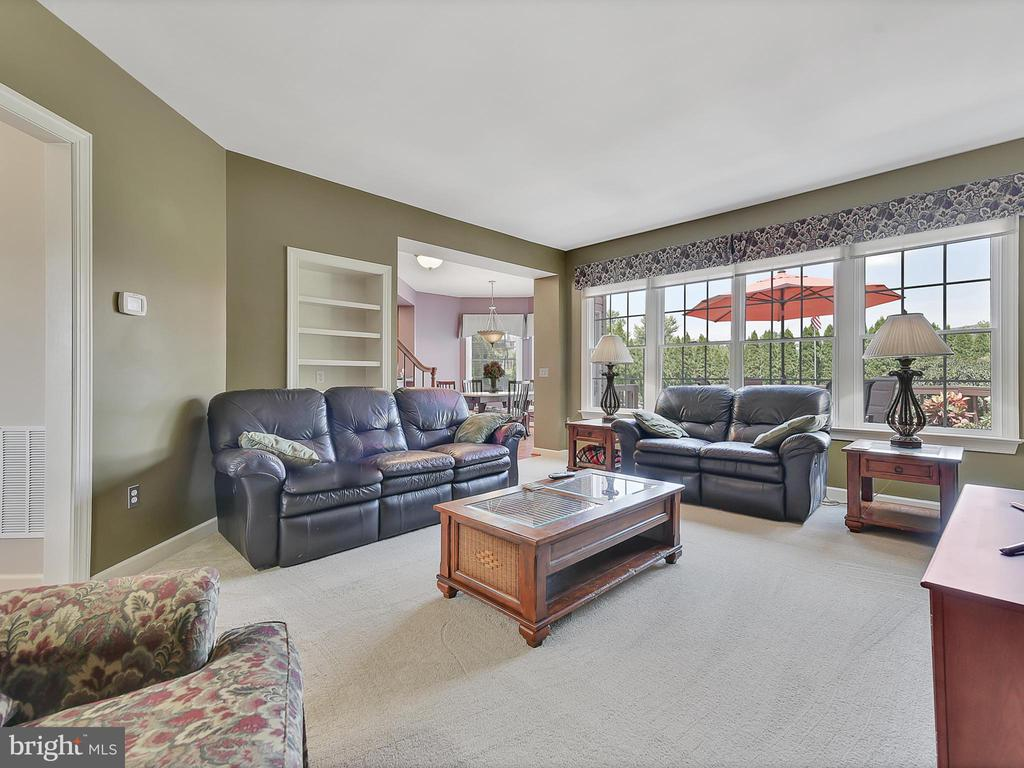 An open area from the kitchen to the family room - 206 LAYLA DR, MIDDLETOWN
