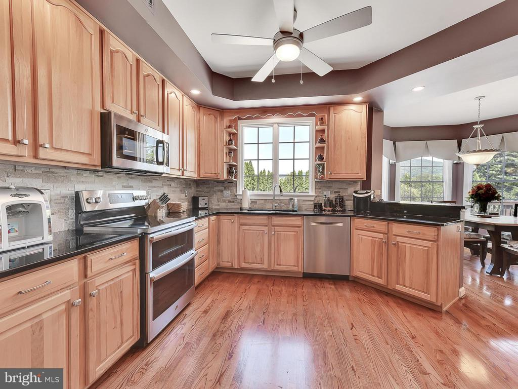 and a cheerful kitchen with new appliances - 206 LAYLA DR, MIDDLETOWN
