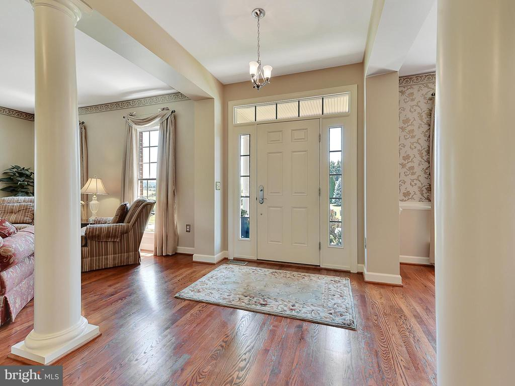 Foyer with hardwood floors that continue - 206 LAYLA DR, MIDDLETOWN