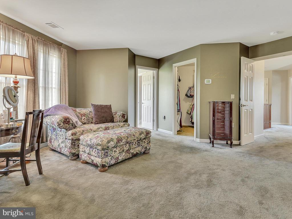 ...with a sitting area - 206 LAYLA DR, MIDDLETOWN