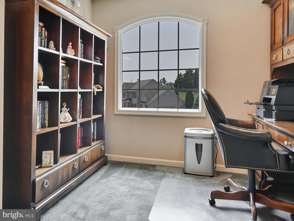 Unusual to find alcove for books, computer?, - 206 LAYLA DR, MIDDLETOWN