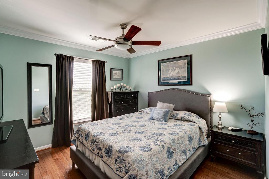Upper lvl Bedroom 1 , crown molding throughout - 25046 MINERAL SPRINGS CIR, ALDIE