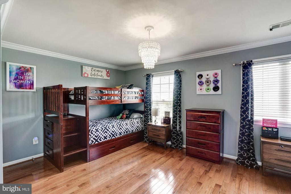 bed 2 crwn molding, hw flooring, custom lighting - 25046 MINERAL SPRINGS CIR, ALDIE