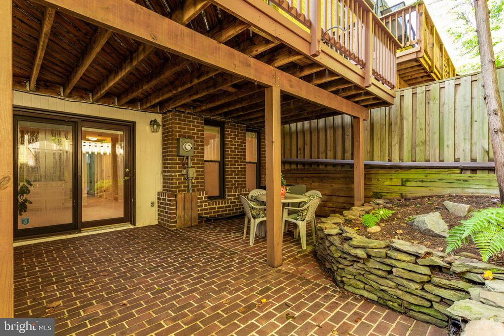 Private enclosed brick patio w/flower beds! - 1726 CY CT, VIENNA