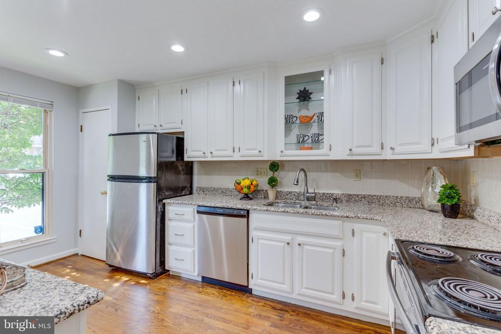 Sunny kitchen w/ 42