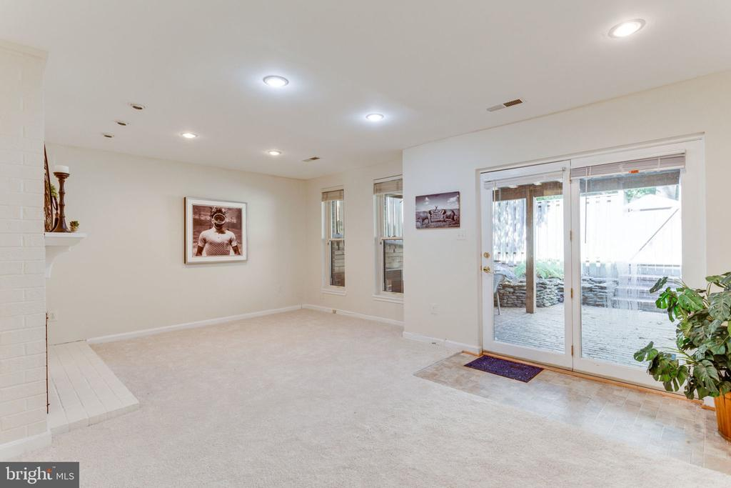 Spacious walk-out basement to brick patio - 1726 CY CT, VIENNA