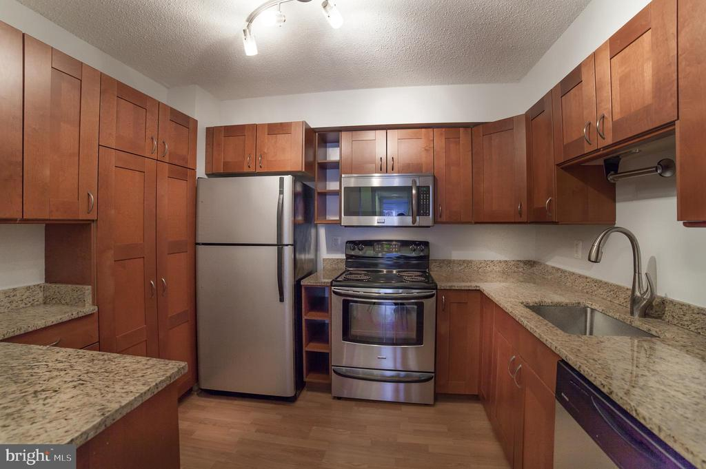 Granite, Cherry & Stainless Steel~ appliances - 2100 LEE HWY #146, ARLINGTON