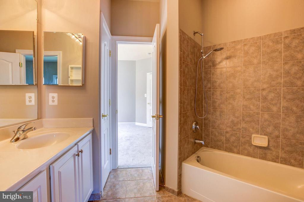 Jack and jill bath serves two upper level bedrooms - 4793 CHARTER CT, WOODBRIDGE
