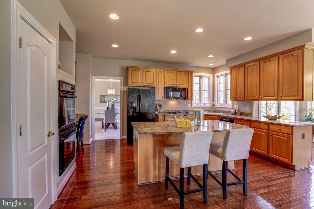 Gourmet kitchen features gas cooking BI desk - 4793 CHARTER CT, WOODBRIDGE