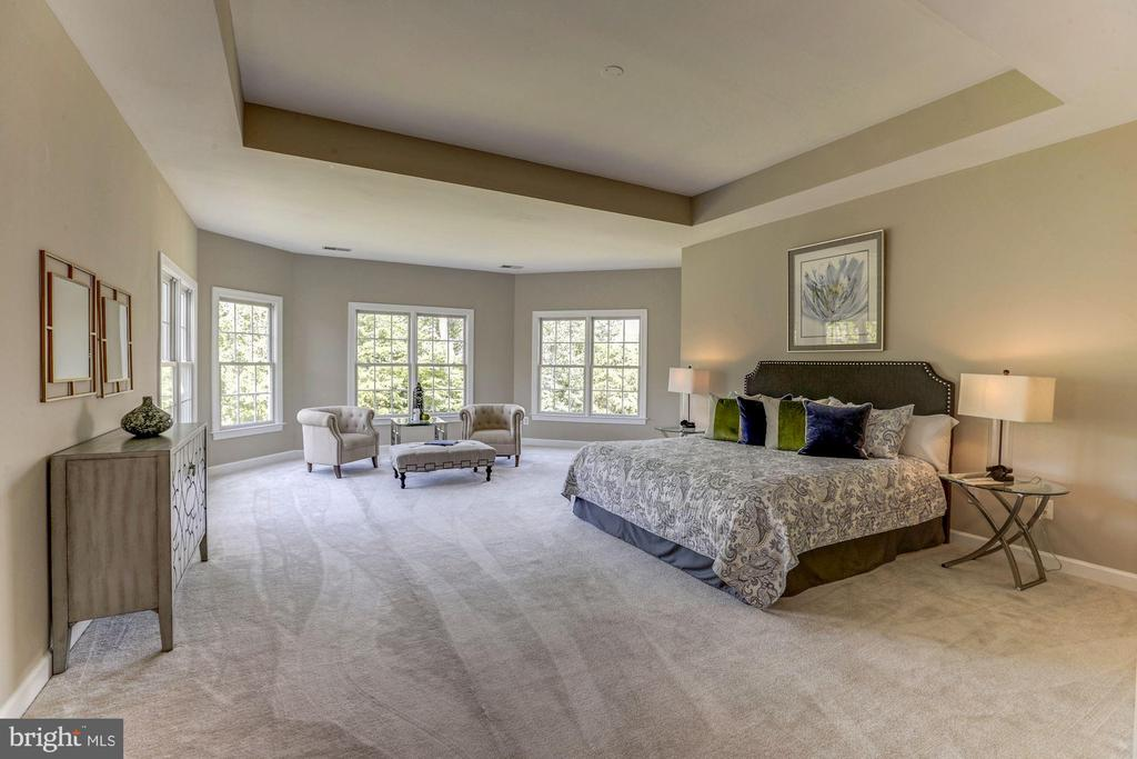 Master bedroom suite with extension sitting area - 4793 CHARTER CT, WOODBRIDGE