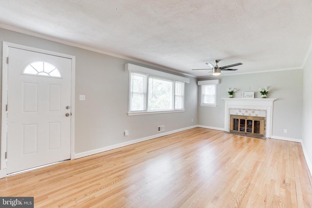 Generous Size Living Room - 5202 CEDAR RD, ALEXANDRIA