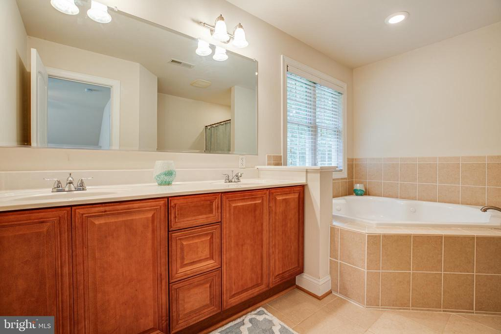 Upper level full bath - 12401 TOWER RD, UNIONVILLE