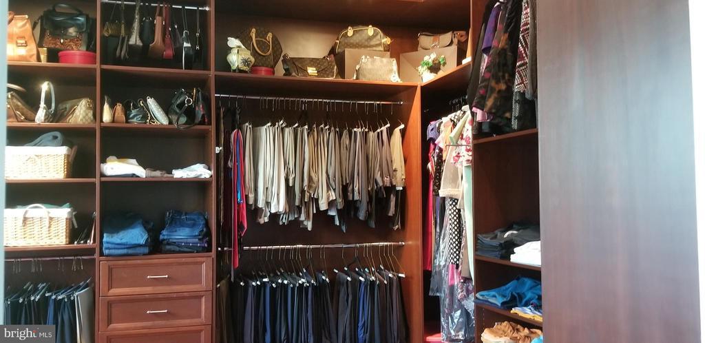 Walk In Closet - 43572 WARDEN DR, STERLING