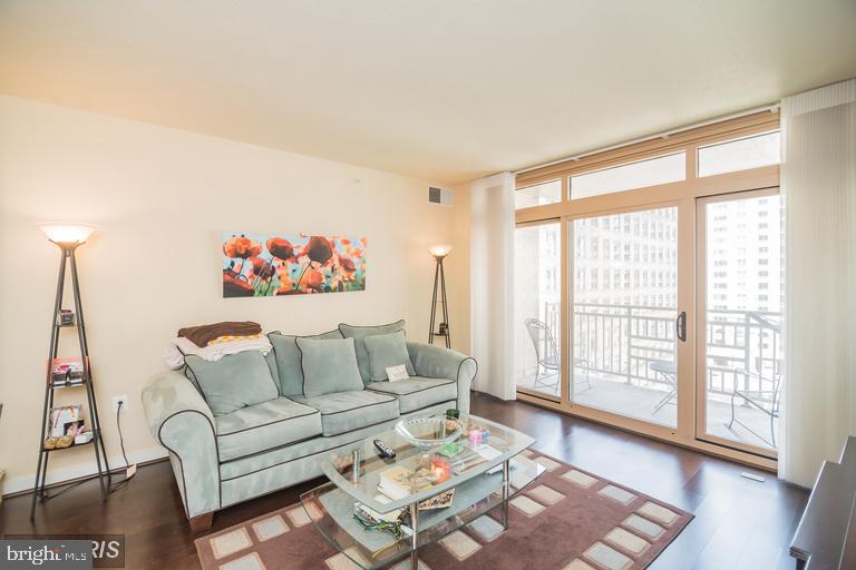 Large open living room - 888 N QUINCY ST #811, ARLINGTON