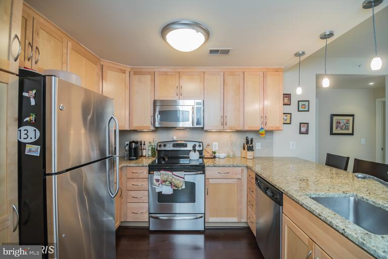 Updated gourmet kitchen with tons of storage - 888 N QUINCY ST #811, ARLINGTON