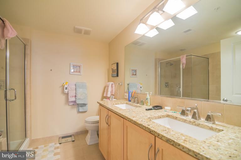 huge master bath! - 888 N QUINCY ST #811, ARLINGTON