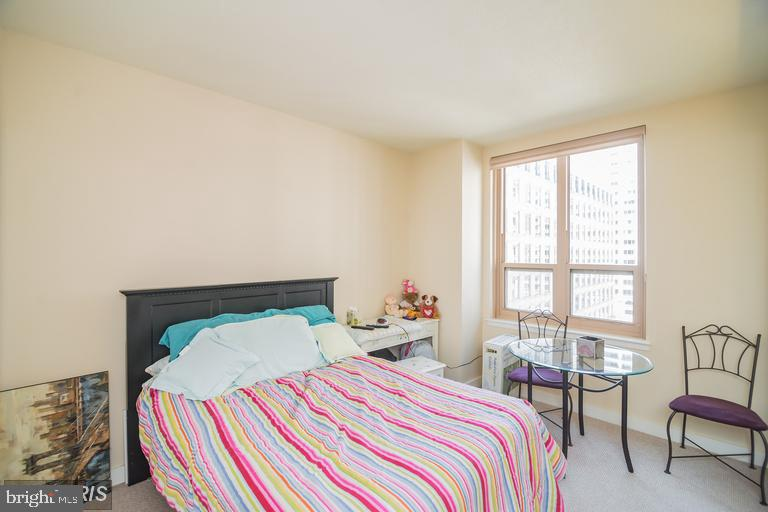 Large second bedroom with bath - 888 N QUINCY ST #811, ARLINGTON