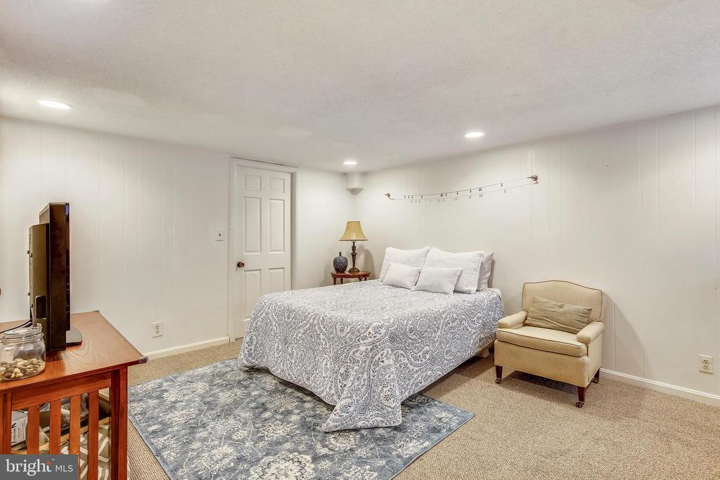 Lower level recreation room with recessed lighting - 4456 36TH ST S, ARLINGTON