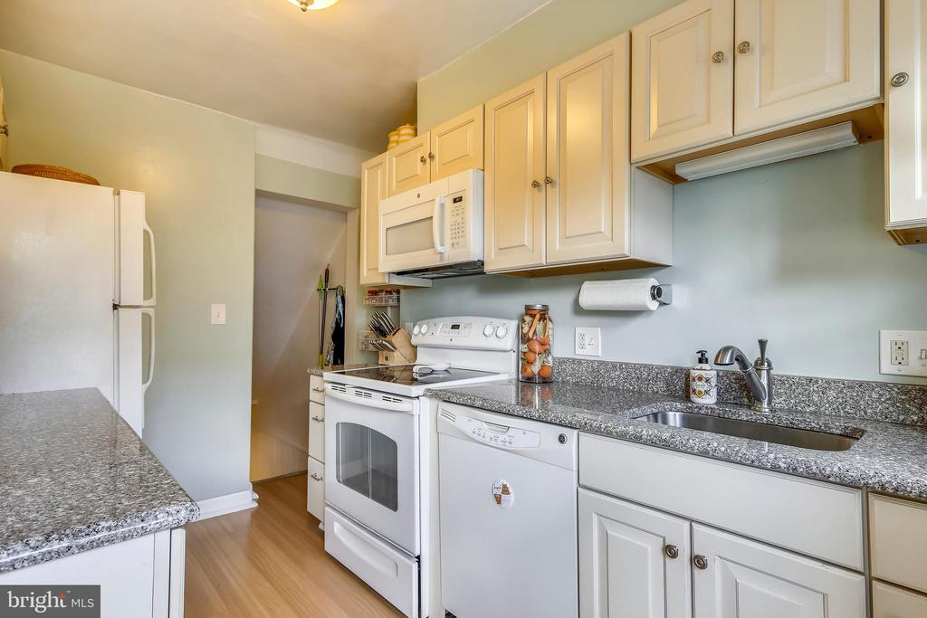 Updated kitchen with custom cabinerty - 4456 36TH ST S, ARLINGTON