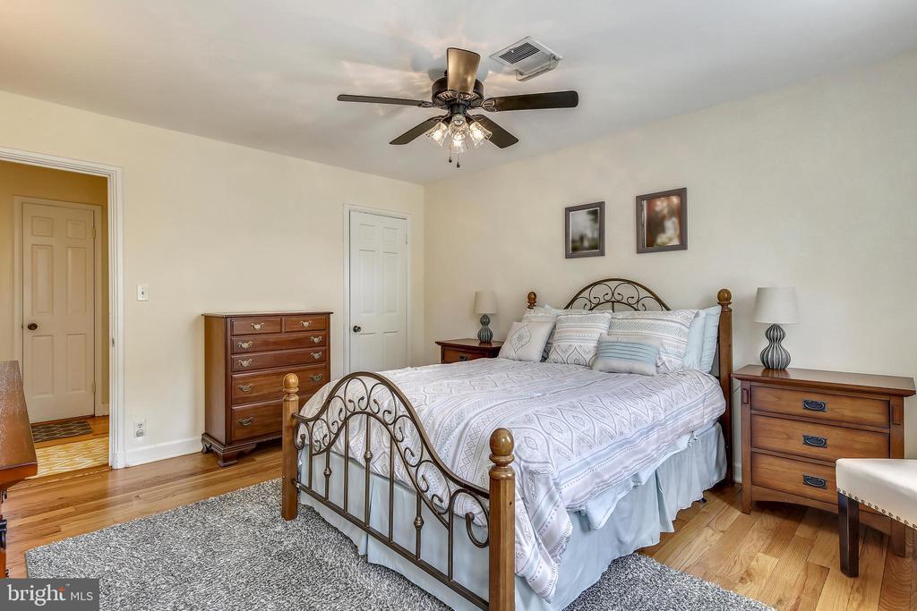Serene master bedroom - 4456 36TH ST S, ARLINGTON