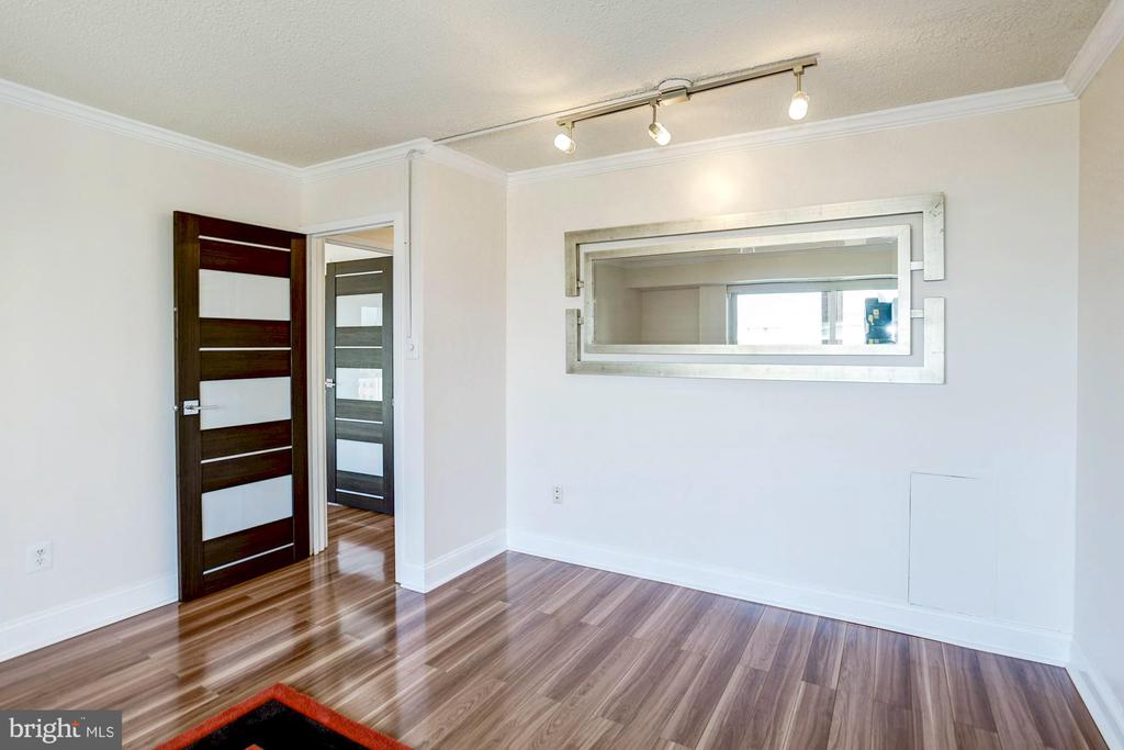 Scratch-resistant laminate floors throughout - 1300 ARMY NAVY DR #922, ARLINGTON