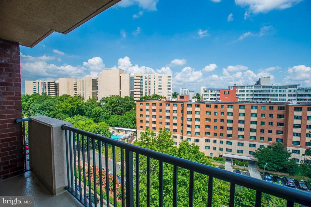 2nd balcony is accessible from both bedrooms - 1300 ARMY NAVY DR #922, ARLINGTON