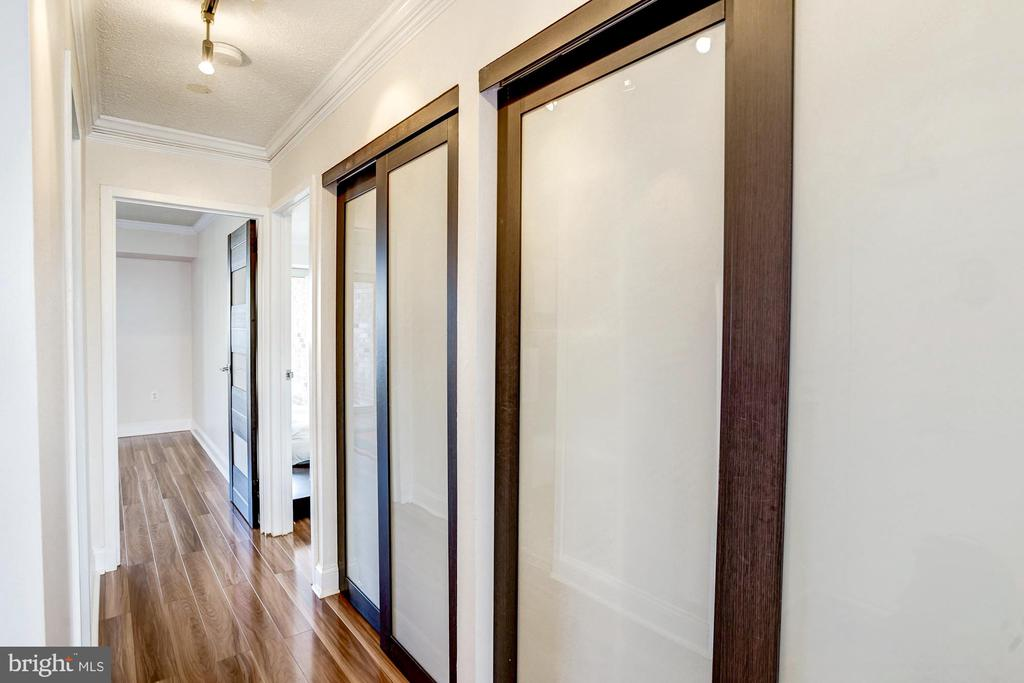 Hallway leading back to the bedrooms - 1300 ARMY NAVY DR #922, ARLINGTON