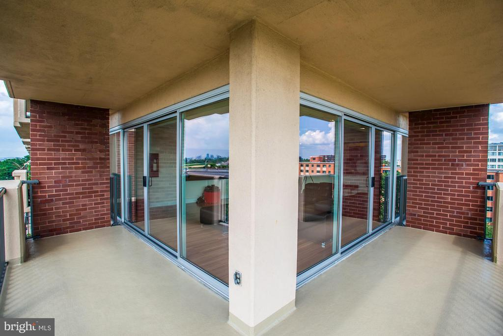 Wrap-around balcony outside the living room - 1300 ARMY NAVY DR #922, ARLINGTON