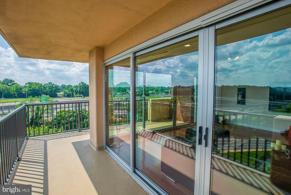 Huge wrap-around balcony - 1300 ARMY NAVY DR #922, ARLINGTON