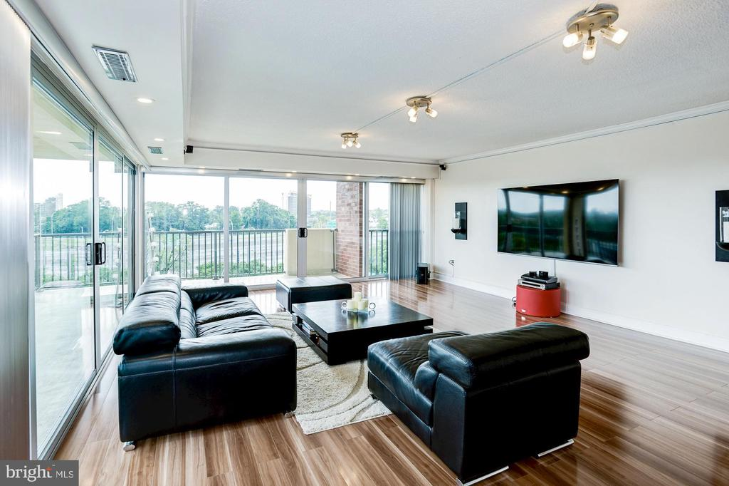 Wrap-around balcony in the living room - 1300 ARMY NAVY DR #922, ARLINGTON
