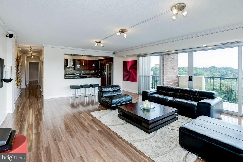 Top-of-the-line scratch-resistant laminate floors - 1300 ARMY NAVY DR #922, ARLINGTON