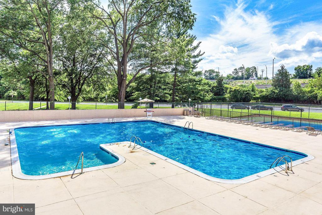 Outdoor pool - 1300 ARMY NAVY DR #922, ARLINGTON