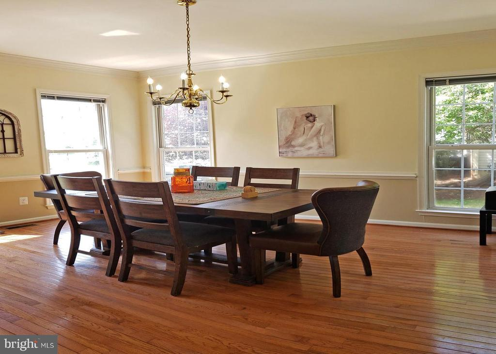 Look at all that natural sunlight! - 46871 REDFOX CT, STERLING