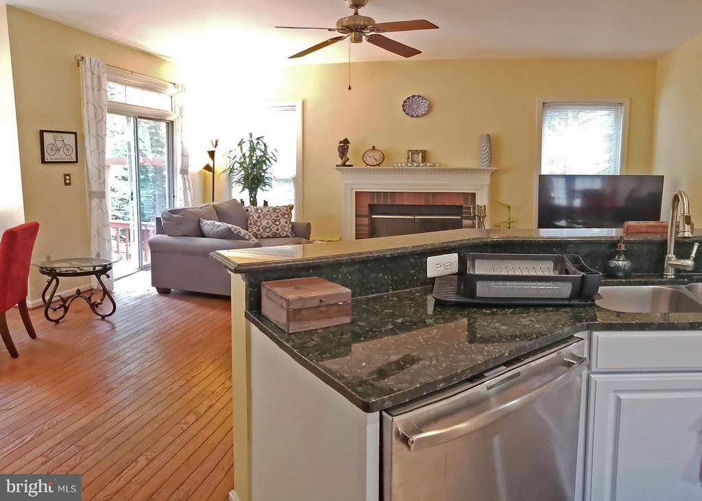 Kitchen overlooking family room - 46871 REDFOX CT, STERLING