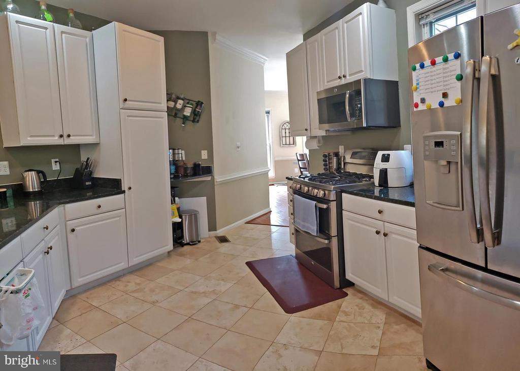 Kitchen w stainless steel appliances. - 46871 REDFOX CT, STERLING