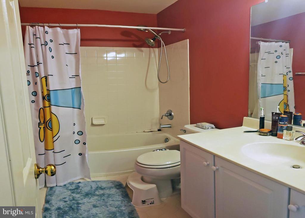 Hallway bathroom - 46871 REDFOX CT, STERLING