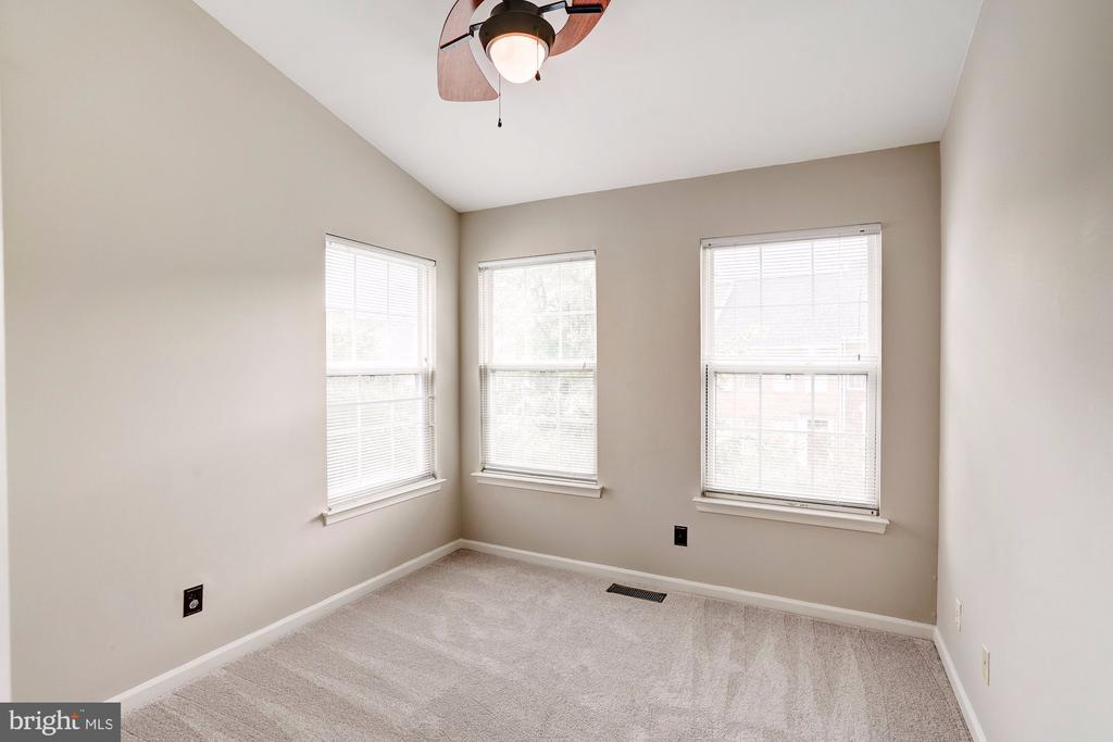 2nd Bedroom with Vaulted Ceilings - 2558 JAMES MADISON CIR, HERNDON