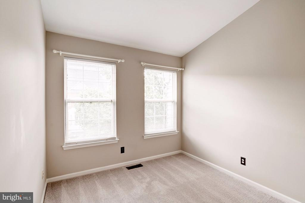 3rd Bedroom with Vaulted Ceilings - 2558 JAMES MADISON CIR, HERNDON