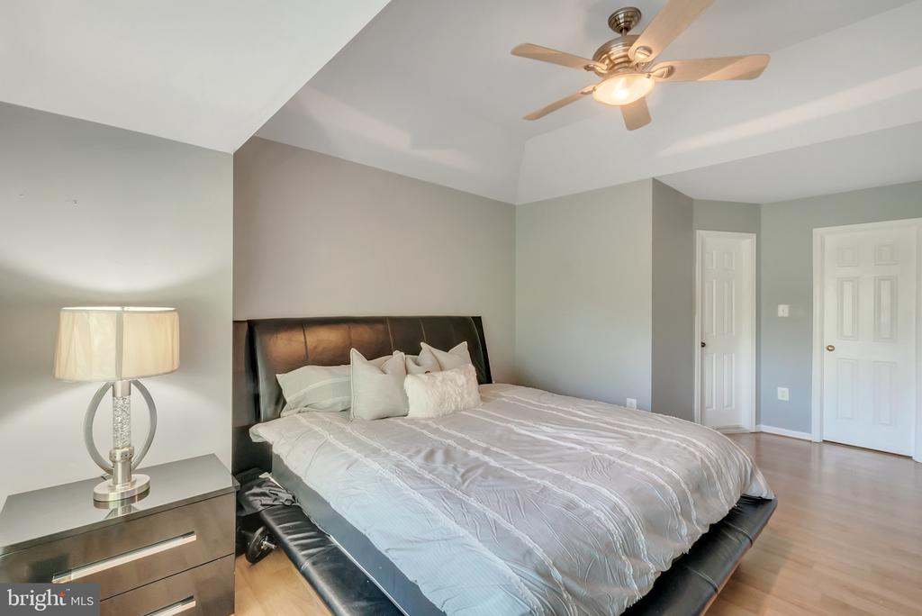 Master bedroom with tray ceilings - 46796 FAIRGROVE SQ, STERLING