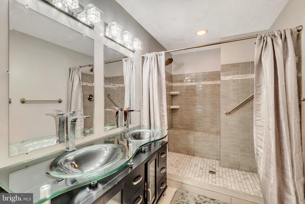 Double sink & gorgeous oversized shower - 46796 FAIRGROVE SQ, STERLING